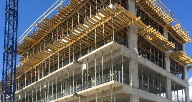 Nowoczesny system zabezpieczeń spełniający krajowe oraz europejskie normy bezpieczeństwa, przeznaczony do zabezpieczenia krawędzi budynków i budowli, krawędzi otworów technologicznych, ciągów komunikacyjnych i innych miejsc, w których zachodzi ryzyko upadku z wysokości.