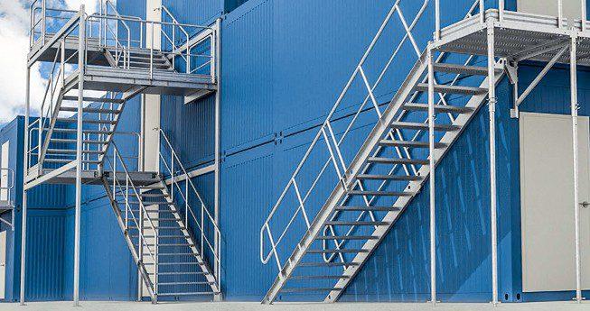 Schody stalowe lub aluminiowe, które świetnie sprawdzą się jako bezpieczny dostęp do kontenerów biurowych, socjalnych czy magazynowych zorganizowanych piętrowo. Modułowa budowa i wielowariantowość pozwalają na dopasowanie rozwiązania do sytuacji panującej w okolicy kontenerów.